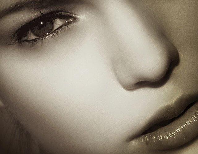 頬がツルツルの女性