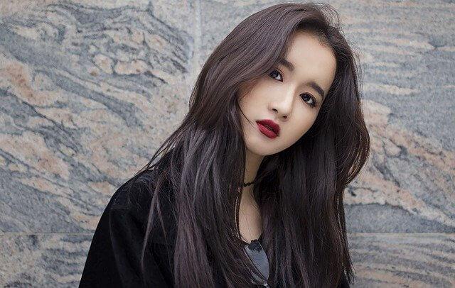 まとまりヘアのアジア女性