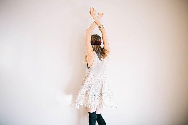 腕を高く上げた女性