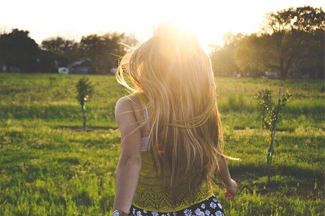 髪もしっかりと紫外線対策している女性