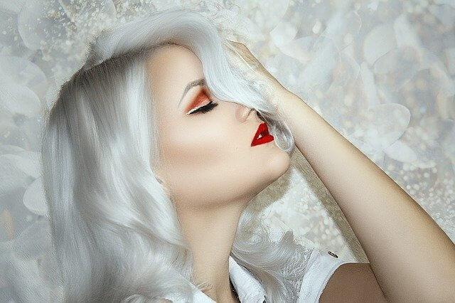 毛穴レスで肌がきれいな女性
