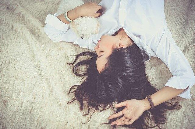 寝ている間にしっかり育乳する女子