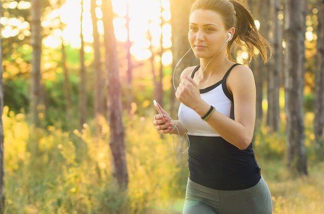 運動してきれいな体を作っている女性
