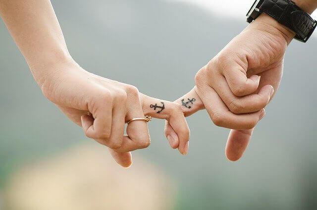恋人と手をつなぐことができてハッピーライフ