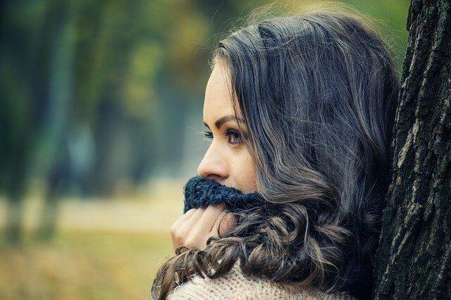 キューティクルで健康な髪の女性