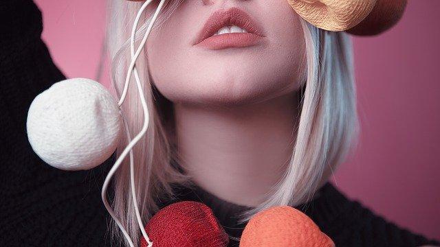 唇がきれいな色の女性