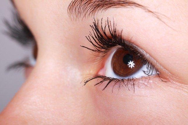 自然な瞳を強調している美人目の人