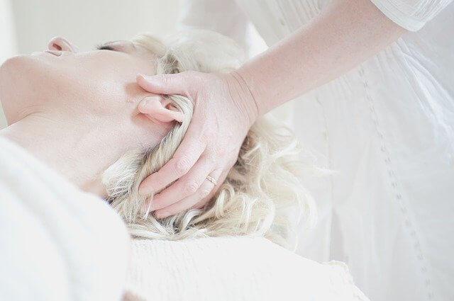 頭皮環境を整えることで薄毛対策する女性